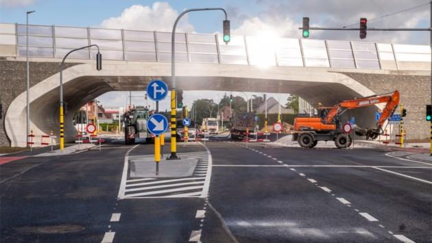 """Kruispunt Antwerpsesteenweg-R6 is helemaal klaar: """"Dolgelukkig dat dit zwarte punt is weggewerkt"""""""