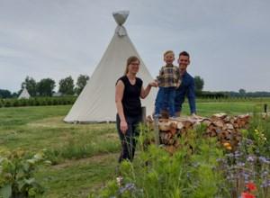 """Jong koppel bouwt pop-upcamping in eigen tuin en koeienweide: """"In ons dorp is niets te zien en dat maakt het juist zo mooi"""""""