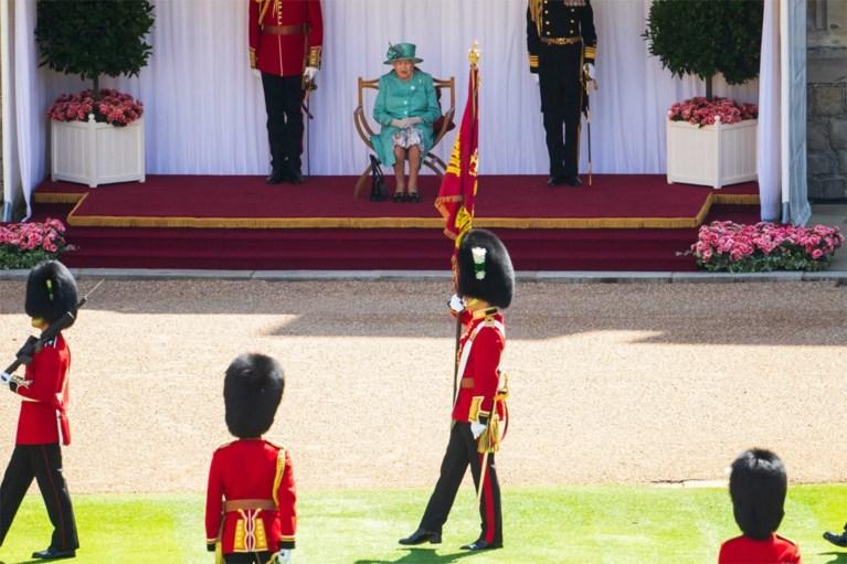 De Queen vertoont zich weer in het openbaar op uitgesteld verjaardagsfeestje