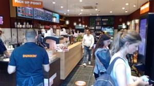"""Dunkin' Donuts op De Keyserlei geopend na 'woelige' nacht: """"We hadden er nochtans graag voor gekampeerd"""""""
