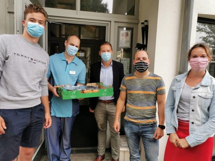 Jong N-VA bakt cake voor personeel woonzorgcentra