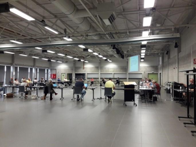Elk zijn tafel in evenementenhal: eerste fysieke gemeenteraad sinds pandemie verloopt vlot