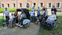 Indonesische riksja uit jaren 50 vervoert bewoners van woonzorgcentrum