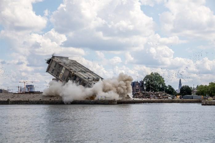"""Betonnen toren van Samga-gebouw neergehaald na explosie: """"Ook op zijn kant is hij nog 25 meter hoog"""""""