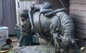 """Dieven aan de haal met opvallende bronzen stier uit tuin van woning: """"Het beeld was een geschenk van mijn overleden man"""""""