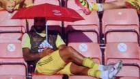 Parapluutjes voor wisselspelers bij Arsenal leveren bijzondere taferelen op