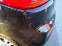 Vandalen bekrassen geparkeerde wagens met hakenkruisen en fallussymbolen