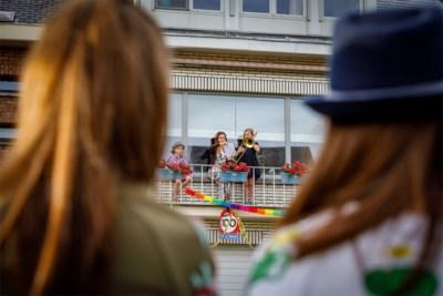 """Elyana (9) speelt honderdste balkonconcert op trombone: """"Optredens zorgden voor lichtpuntje in coronatijden"""""""