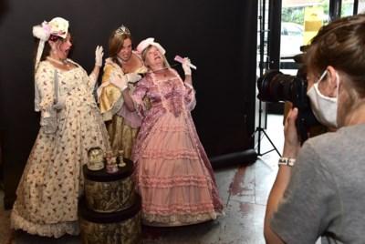 """Fotoshoot met bubbels in Mechelse verkleedwinkel: """"In coronatijd is creatief denken aan de orde"""""""