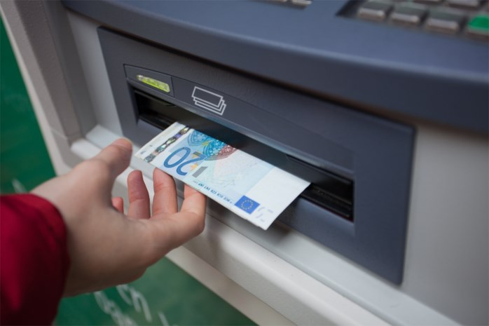 Bende manipuleert geldautomaten en haalt geld af met 'ingeslikte' bankkaarten