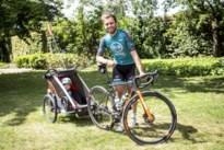 """Kris Boeckmans combineerde tijdens lockdown pril vaderschap met wielrennen: """"Trainen met fietskar is niet ideaal"""""""