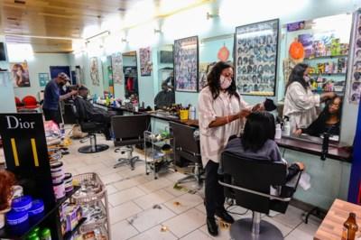 """Bij de Afrikaanse kapper: """"We hebben meer nodig dan een briefje van koning Filip"""""""