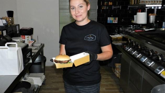 """Uitbaters Wok & Roll openen tweede zaak Smokey Burger: """"Dankzij watergrill blijft het vlees sappig"""""""