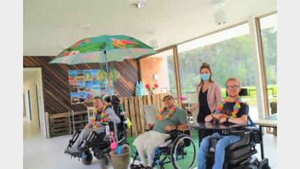 Huize Walden verwent bewoners met zomerbar nu uitstapjes afgelast zijn