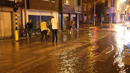 Honderdduizenden liter water spoelt door straat: waterleiding begeeft het aan Brusselpoort