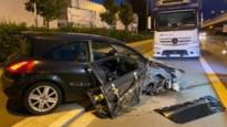 Auto knalt op geparkeerde vrachtwagen Boomsesteenweg Wilrijk