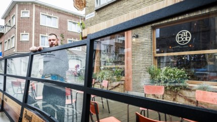 """Vrachtwagen ramt terras Bar Bob in Kroonstraat: """"Zo'n grote camions zouden hier niet meer mogen passeren"""""""