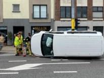 Auto belandt op zijkant in centrum Wijnegem