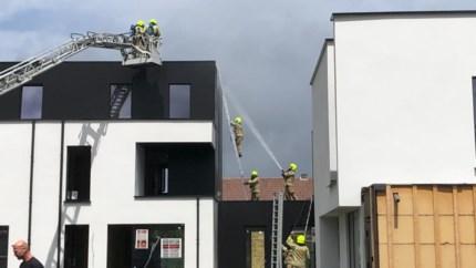 Brand onder dak van woning in opbouw