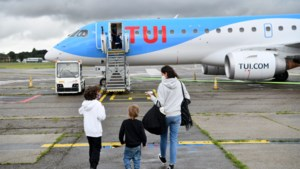 """Antwerpse luchthaven ontvangt eerste toeristen sinds lockdown: """"We vertrekken met een dubbel gevoel"""""""