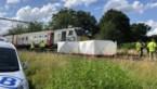 Auto meegesleurd door trein in Bouwel