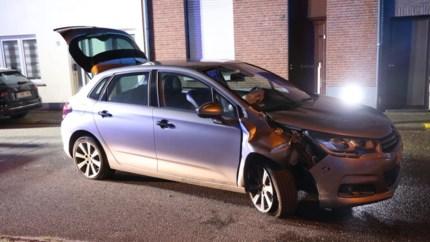 Auto raakt paaltje in Kapellen en belandt op zijkant