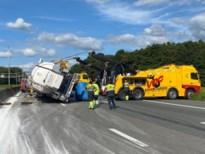 Gekantelde vrachtwagen op Ring recht getakeld, weg vrijgemaakt