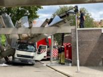 Vrachtwagen rijdt tegen luifel parochiecentrum, hele constructie komt naar beneden