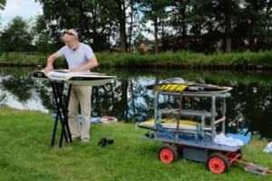 """Willy Adriaenssens bouwt radiogestuurde speedboten in tuinhuis: """"Met de walkietalkie laat mijn vrouw weten als ik moet komen eten"""""""