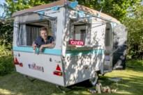 Leraar verhuurt omgebouwde caravan om in eigen tuin te slapen voor goede doel