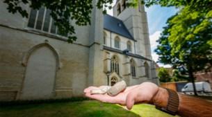 """Beenderen komen naar boven in perken rond Mechelse kerk: """"Ze liggen zomaar te grabbel"""""""