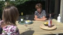 Creatieve buurvrouwen vinden ideale oplossing om toch samen te aperitieven