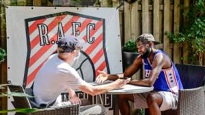 COLUMN. Hoe onze man - die geen fluit van voetbal kent - Lamkel Zé kon verleiden tot een interview op terras van café Bisschoppenhof