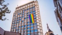 Antwerp Pride in coronatijden: twintig viooltjes tegen holebi-geweld op politietoren