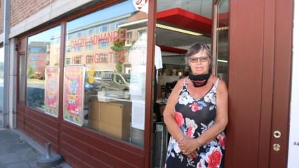 """Inbrekers slaan glazen deur in en plunderen sigarettenvoorraad dagbladhandel: """"Schade is groter dan de buit"""""""