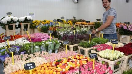 Maxime Poppe verwelkomt klanten in dertigste bloemenwinkel van Bloemenhal