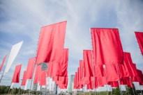 Vlaggenkunstwerk wuift Zomer van Antwerpen gedag