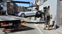 Porsche belandt tegen gevel en loopt aanzienlijke schade op
