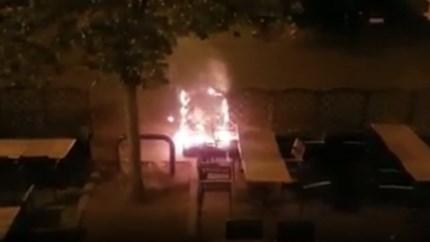 Onbekenden stichten (ondanks avondklok) 's nachts brand op terras pizzeria