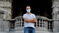 Student verpleegkunde gaat op huisbezoek bij gezinnen die positief zijn getest op Covid-19