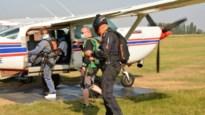 """Skydiven met mondmasker is verplicht, ook al is het 35 graden: """"Kort genieten van aangename frisheid"""""""