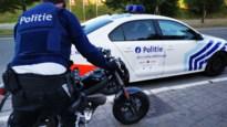 Dronken motorrijder vervoert vrouw in minirok en met hoge hakken