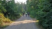 Potloodventer achtervolgt tienermeisjes op de fiets