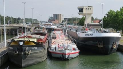 """Wachttijden tot vier uur voor schippers op flink gezakt Albertkanaal: """"Zonder water kunnen we niet varen, hé"""""""