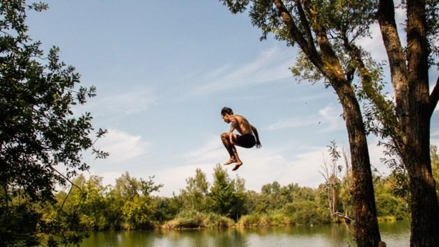 """<B>Nielse kleiputten ideale plek voor zwemmers: """"Het zonnetje maakt het minder erg dat we niet op vakantie kunnen""""</B>"""