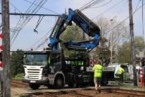 Trucker vergeet kraan in te trekken: spoorweg raakt zwaar beschadigd