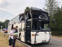 Bus met arbeidsmigranten raakt boom langs de weg: vier gewonden