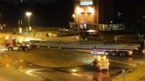 Vrachtwagen rijdt zich vast aan Voetgangerstunnel door hevige regenbuien