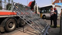 Vrachtwagen verliest raamdrager, twee voorbijgangers zwaargewond