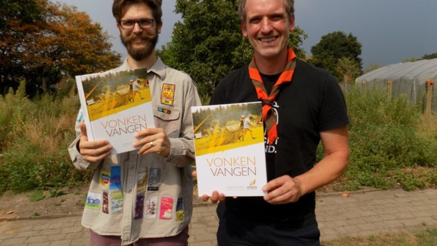 Scouts vieren 75-jarig bestaan met uniek jubileumboek 'Vonken Vangen'